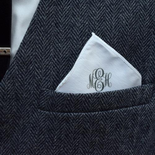 Pyntelommetørklæde med monogram i skrå skrift