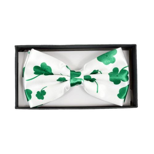 sjov hvid butterfly med grønt kløver