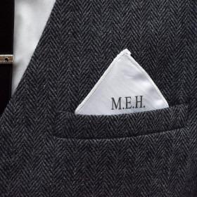 Pyntelommetørklæde med monogram i blok skrift